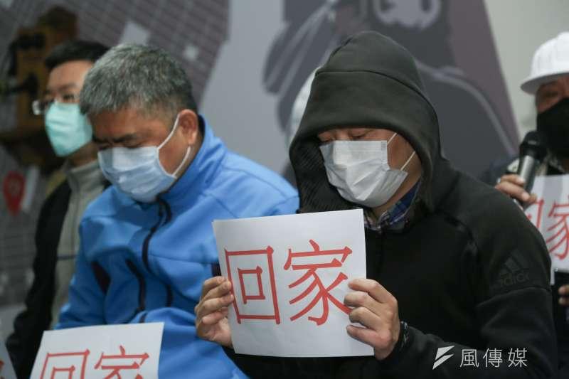 武漢封城受困家屬代表出席滯留湖北台灣三佰同胞要求回家及提供生活物資事由記者會。(簡必丞攝)