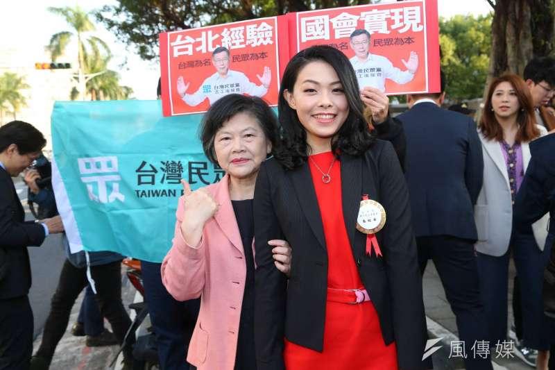 20200201-立法院第十屆立委1日宣誓就職,民眾黨立委高虹安(右)和媽媽(左)一同出席。(顏麟宇攝)