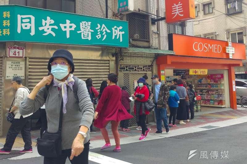 連日來,民眾排隊購買口罩,依然一罩難求,口罩也從一人每天三片大幅縮減為一周每人限購兩片。(顏麟宇攝)