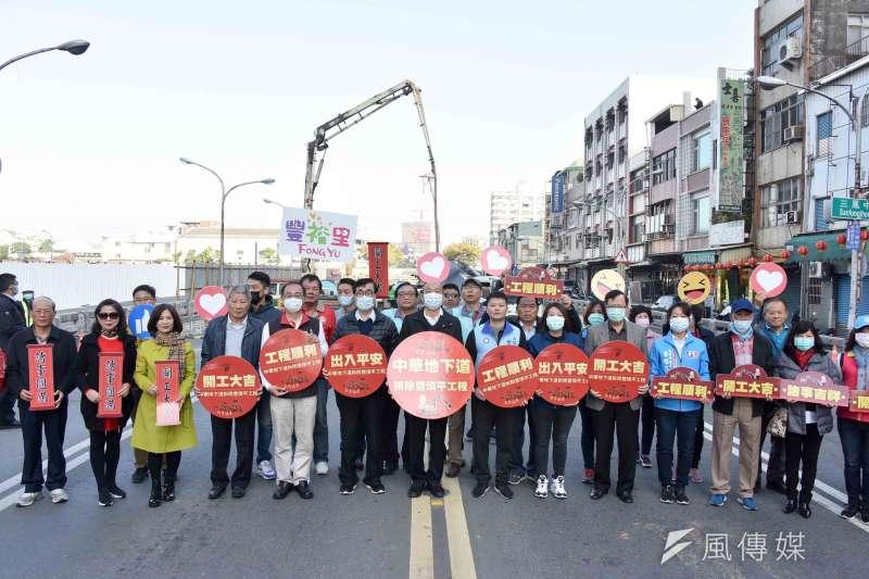 高雄市長韓國瑜帶領市府團隊出席中華地下道填平及拆除動工典禮。(圖/徐炳文攝)