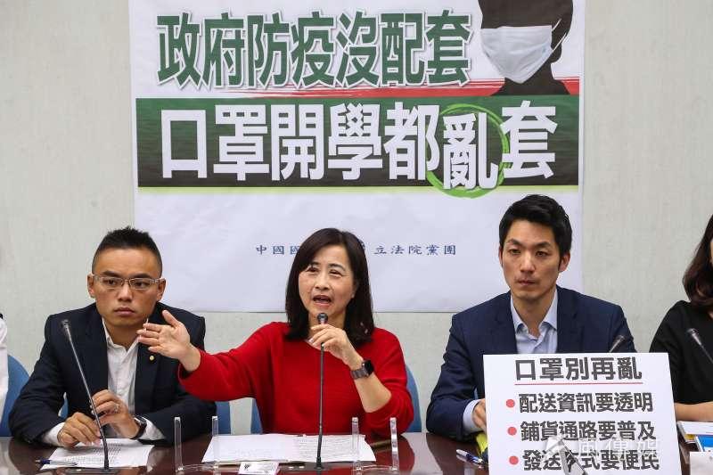 國民黨立委林奕華(中)4日表示,接到台北市國高中身心障礙學生家長陳情,表示防疫期有居家照顧需要,卻礙於規定不能請防疫照顧假。(資料照,顏麟宇攝)
