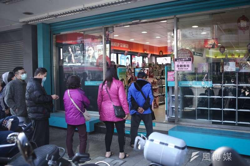 20200203-因應武漢肺炎疫情,民眾一早即於藥妝店門口排隊等待購買口罩。(陳品佑攝)