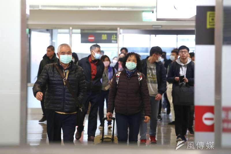 20200204-松山機場出關民眾配戴口罩。(柯承惠攝)
