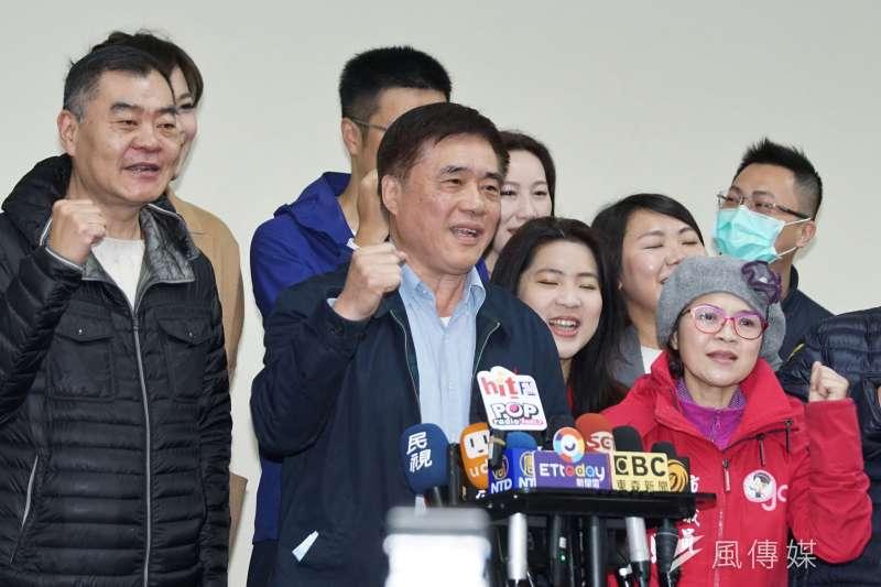 前台北市長郝龍斌4日前往國民黨登記參選黨主席,共繳出4萬632份連署書。(盧逸峰攝)