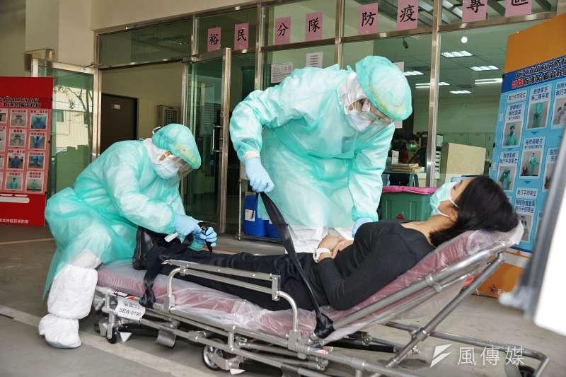 武漢肺炎疫情擴散,醫師指出新型冠狀病毒不同於一般呼吸道病毒感染,在入侵人體後會直接侵入下呼吸道,等到出現咳嗽甚至氣喘的症狀,已經是嚴重肺炎了。示意圖。(資料照,盧逸峰攝)