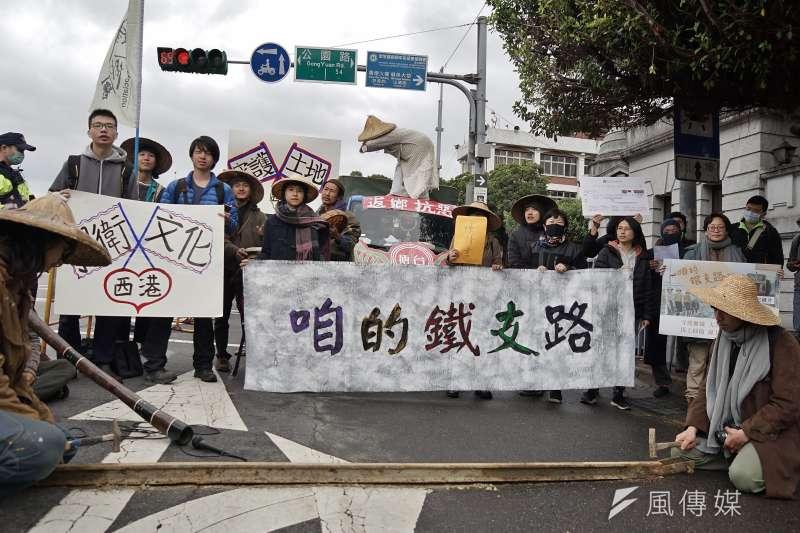 反西港外環道不當開闢自救會於今(5)日在總統府前召開記者會,呼籲政府正視糖鐵議題。(盧逸峰攝)
