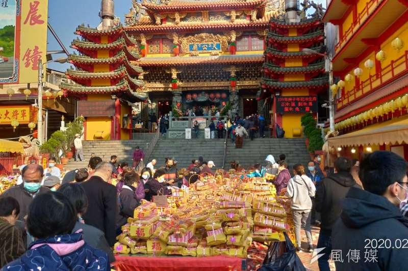 天公廟蒐集金紙準備集中燒化。(圖/徐炳文攝)