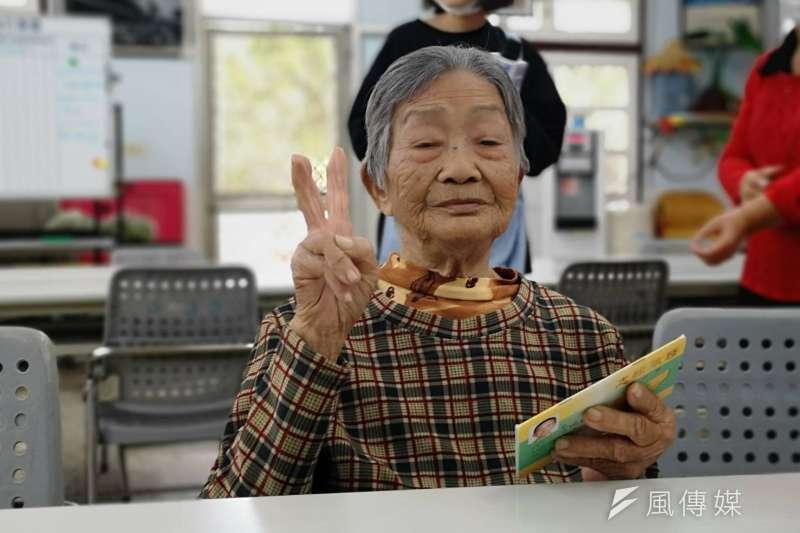 105歲人瑞阿嬤李柯梗,一字一句關心著獨居長輩的生活起居和飲食。(圖/徐炳文攝)