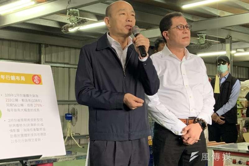 高雄市長韓國瑜(左)與高雄市農業局長吳芳銘(右)昨日到六龜視察蓮霧寒害災情,也聽取農民心聲。(圖/徐炳文攝)