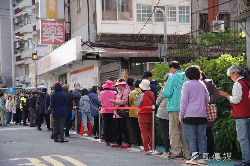 口罩實名制今(6)日上路,許多民眾一早就在特約藥局前排隊等待購買。(盧逸峰攝)