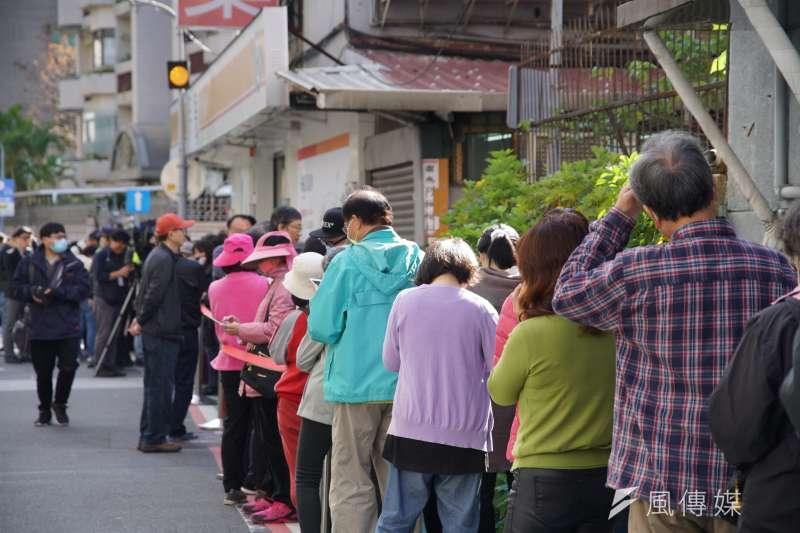健保藥局6日開始販售口罩,民眾於門口排隊購買。(盧逸峰攝)