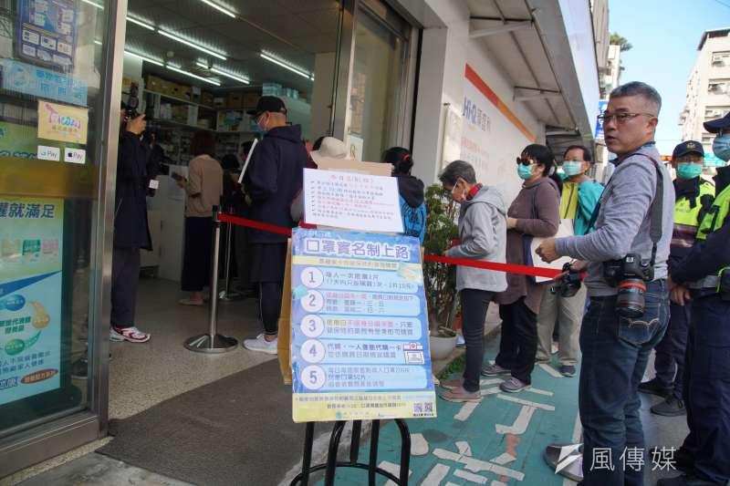 20200206-健保藥局6日開始販售口罩,民眾於門口排隊購買。(盧逸峰攝)