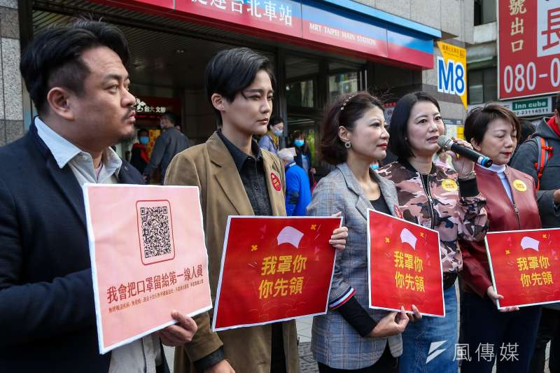 民進黨立委洪申翰(左起)、賴品妤、林楚茵、吳思瑤、范雲6日發起「我罩你,你先領」活動,呼籲民眾禮讓口罩給第一線醫護。(資料照,顏麟宇攝)