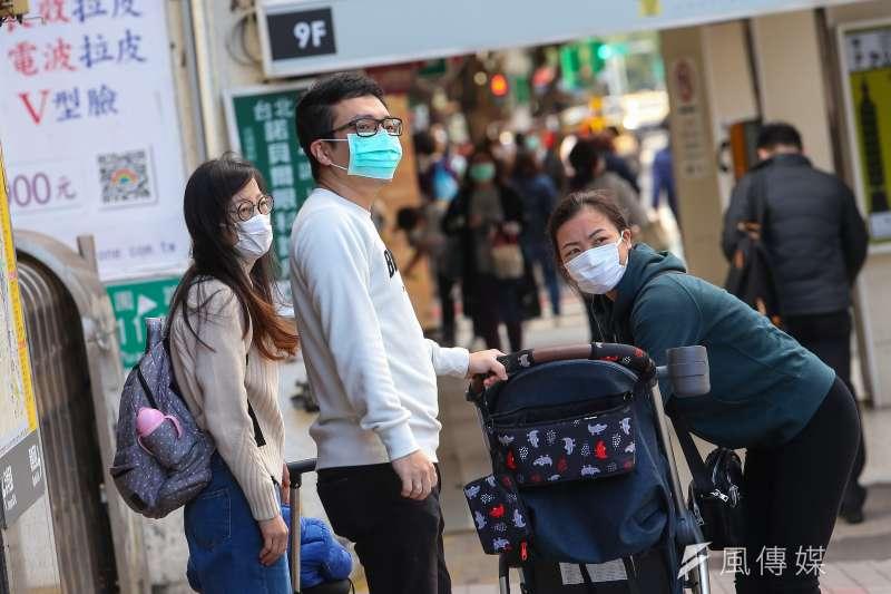 街上民眾紛紛配戴口罩。(顏麟宇攝)