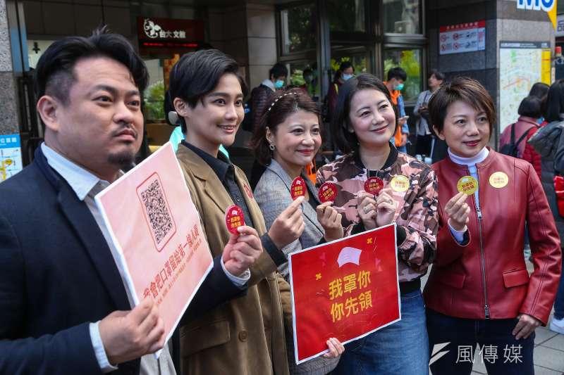 民進黨立委洪申翰(左起)、賴品妤、林楚茵、吳思瑤、范雲發起「我罩你,你先領」活動,却一砲轟到在野人物,要他們把口罩摘下來。(顏麟宇攝)