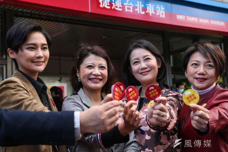 20200206-民進黨立委賴品妤(左起)、林楚茵、吳思瑤、范雲6日發起「我罩你,你先領」活動。(顏麟宇攝)