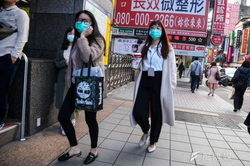 20200206-街上民眾紛紛配戴口罩。(顏麟宇攝)