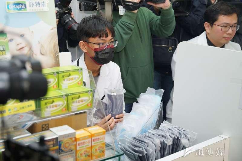 口罩實名制6日起上路,民眾排隊購買。(盧逸峰攝)