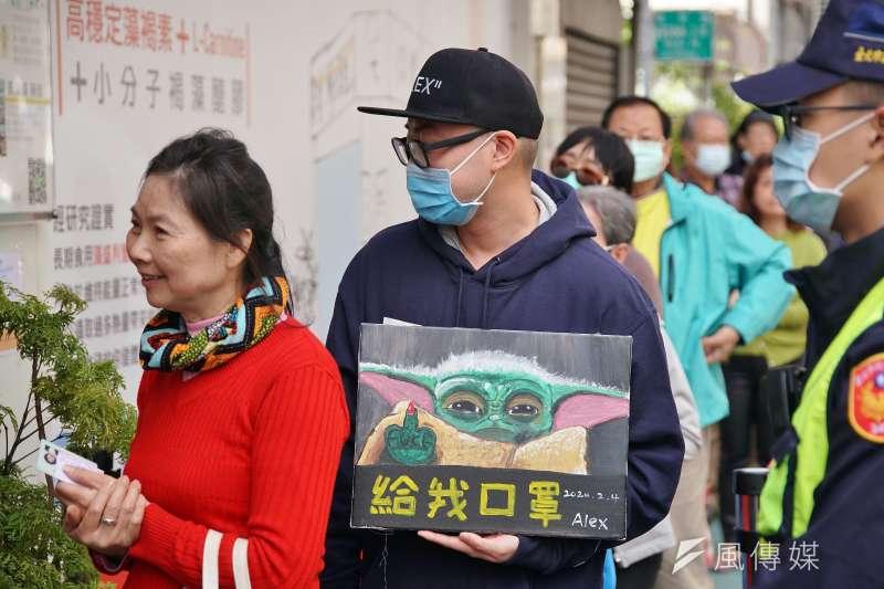 20200206-口罩實名制6日起上路,民眾至藥局購買口罩。(盧逸峰攝)