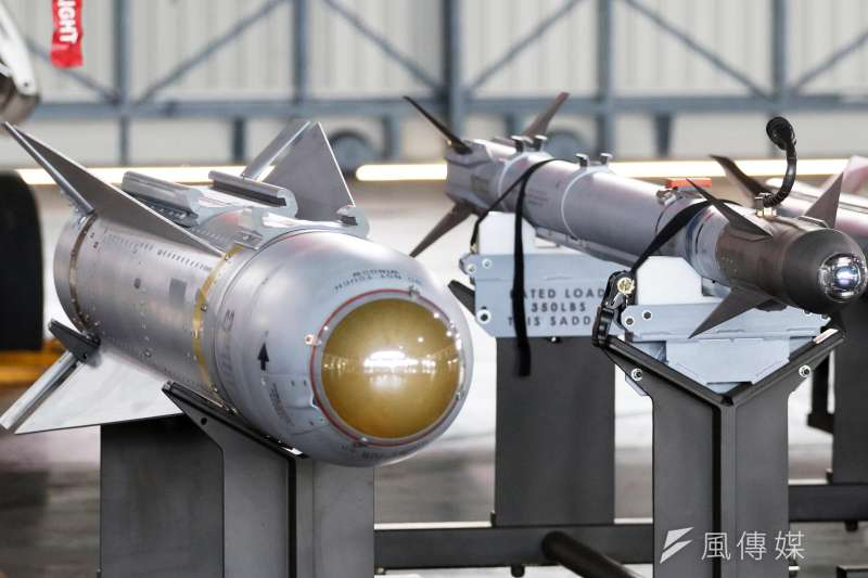 20200207-「響尾蛇」飛彈自1956年投入美軍以來,已經過多次研改,型號也從9A來到9X,如今我空軍透過軍售管道,購得一批AIM-9X(右),這款「響尾蛇」家族最新的空戰肉搏武器,如今已在我空軍服役。(蘇仲泓攝)