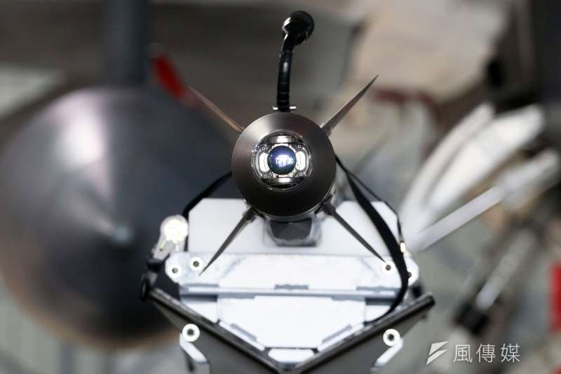 20200207-AIM-9X最大的特色在於彈頭尋標器左右各可達90度,飛官稱,「就算敵機在我下方,一樣能打掉!」若再加上JHMCS頭盔瞄準系統,飛行員就能具備「看到哪,打到哪」的能力。(蘇仲泓攝)