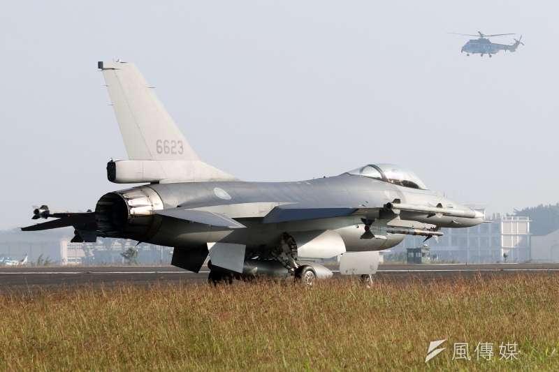 20200207-一月的早晨,微涼的空氣與溫暖陽光形成反差,駐在空軍嘉義基地內的空軍4聯隊F-16V BLK20戰機與右邊遠處的空軍救護隊直升機勤訓精練,奠定厚實戰力。(蘇仲弘攝)