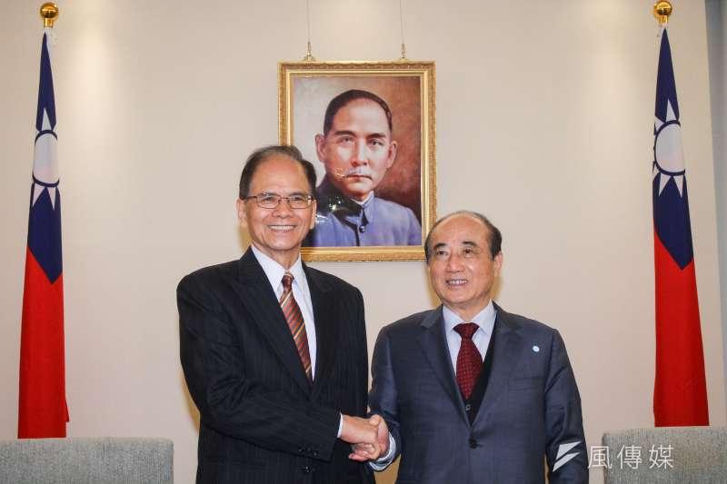 新任立法院長游錫堃(左)7日拜會前立法院長王金平(右)。(蔡親傑攝)