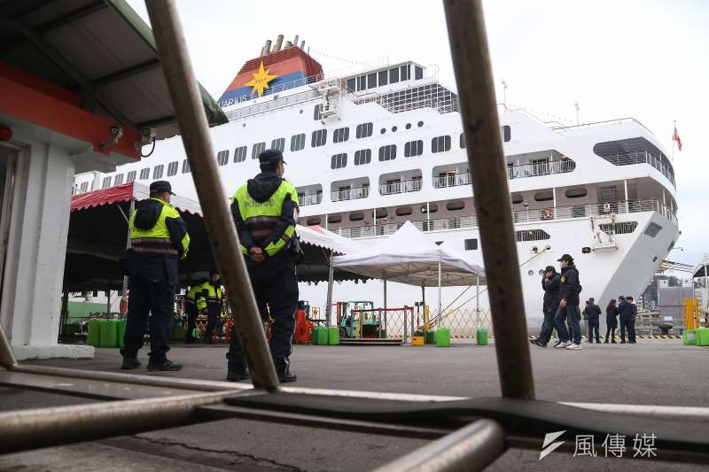 20200208-麗星郵輪寶瓶星號8日返抵基隆港,防疫人員穿著防護衣登船檢疫,中央流行疫情指揮中心隨即登船檢疫。(顏麟宇攝)
