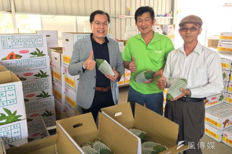 高市農業局長吳芳銘(左一)協助果農與貿易商,將當季水果銷往中國。 (徐炳文/攝)