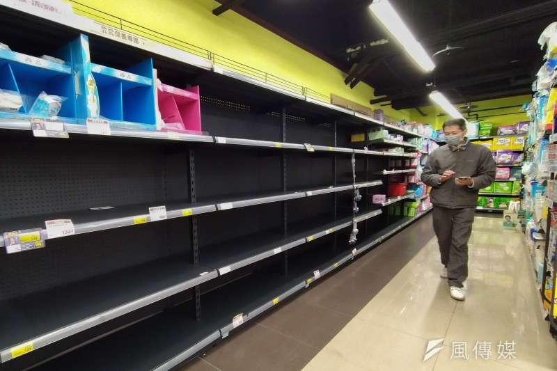 近日民眾搶購衛生紙,超市存貨幾乎被搶購一空。(盧逸峰攝)