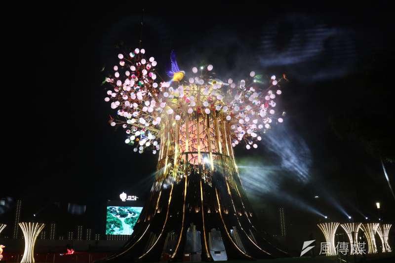 台灣燈會主燈「森生守護-光之樹」,點燈瞬間啟動科技燈光主燈秀演出。(圖/王秀禾攝)