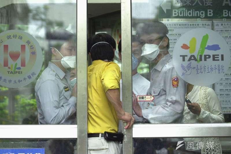 中山醫學大學附設醫院兒童急診科主任謝宗學在臉書發文指出,17年前SARS防疫崩潰和「和平醫院封院」都發生在4月,因此呼籲民眾連假待在家裡,一起為台灣加油。圖為2003年4月和平醫院宣布封院時狀況。(資料照,林瑞慶攝)