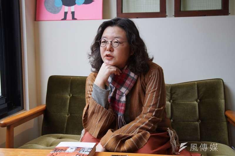 香港自2019年中開始經歷大規模示威的反送中運動,香港文學館在2000年出版的《我香港,我街道》,集結54位作家對於香港街道的記憶。作家鄧小樺10日接受《風傳媒》專訪時表示,人們對生活空間的記憶,同時也是反抗的基底。(盧逸峰攝)