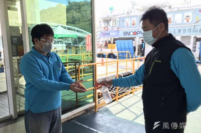 醫師姜冠宇表示,民眾只要與他人保持2公尺以上距離,就能避免飛沫傳染,姜冠宇也呼籲在人群密集處要配戴口罩。(資料照,徐炳文攝)