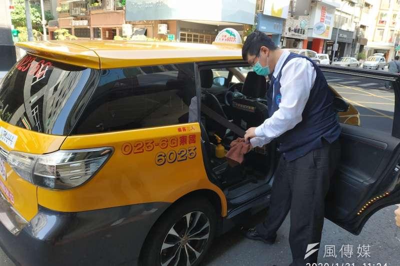 《德國之聲》記者李澄欣質疑,防疫計程車的司機除了佩戴口罩,未見有其他防疫措施,批評台灣防疫流程漏洞百出。示意圖,與本文無關。(資料照,徐炳文攝)