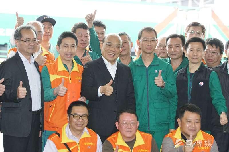行政院長蘇貞昌(中)11日前往中華郵政公司,為執行防疫物流作業的同仁加油打氣。(盧逸峰攝)