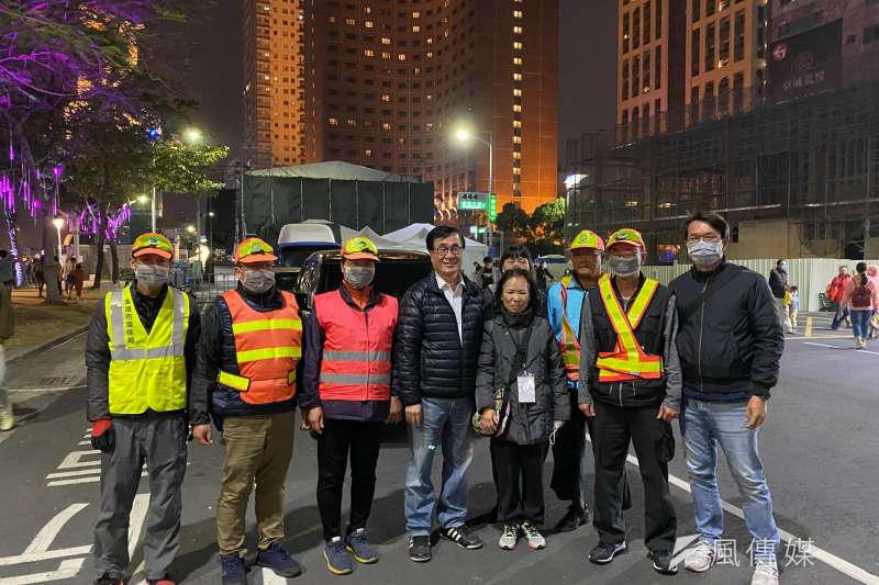 高市副市長李四川(左4)向清潔隊員表達感謝。(圖/徐炳文攝)