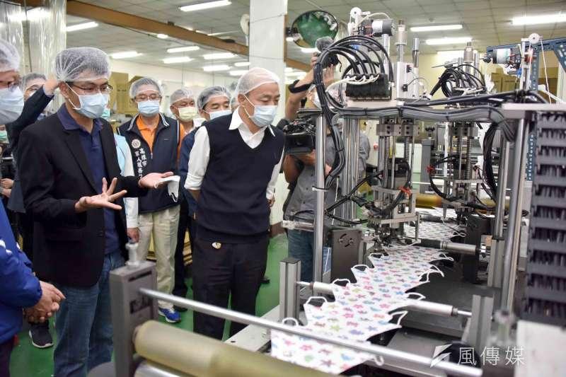 高雄市長韓國瑜代表全體市民,市府團隊陪同下前往本市三民區口罩生產工廠慰勞。(圖/徐炳文攝)