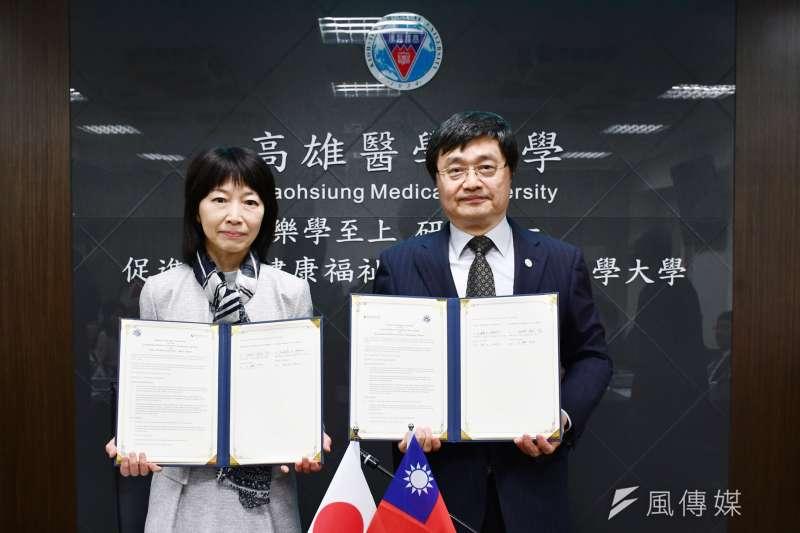高醫大校長鐘育志(右)及日本東京醫科大學校長林由起子(左)代表兩校簽署姊妹校合約。(圖/徐炳文攝)