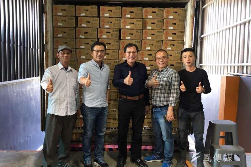 農業局長吳芳銘 (左三)訪視位於大樹冠瀧合作社,鳳梨出口集貨裝櫃情況。(圖/徐炳文攝)