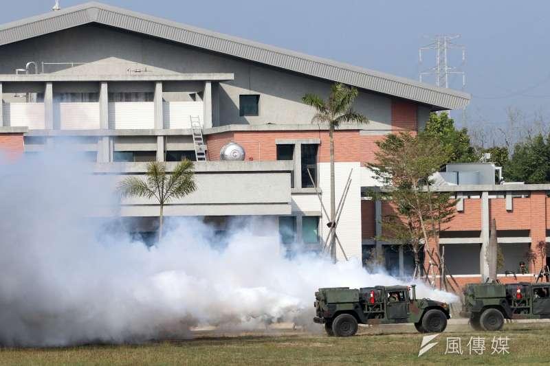 20200213-陸軍化學兵群具有2項核心任務,「煙幕」與「偵消」。後者是這次武漢肺炎疫情及過去天然災害、疫病後出動執行消毒的主力部隊,前者則是戰時以渦輪發煙車施放大量煙霧,以所形成的大面積煙幕來掩護我方行動的作戰支援任務。(蘇仲泓攝)