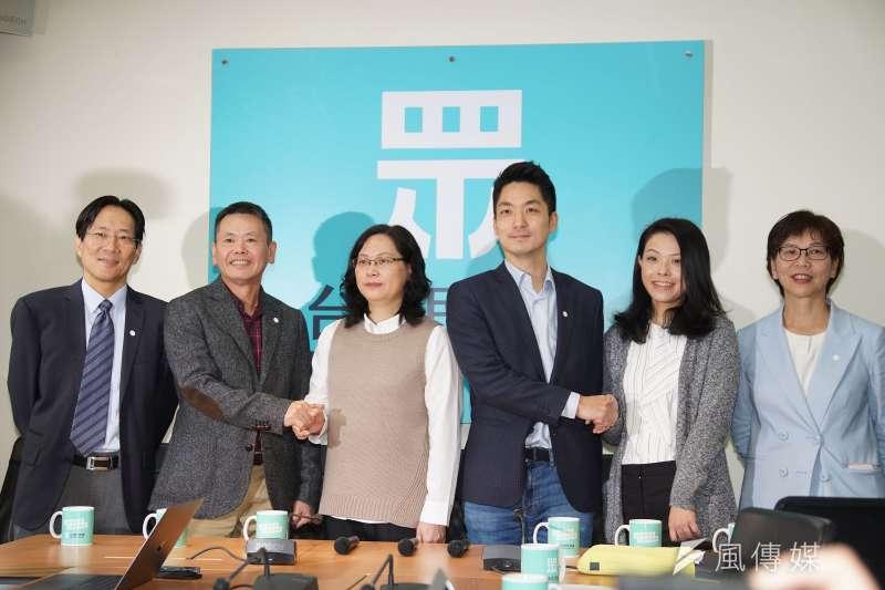 國民黨立院黨團13日拜會台灣民眾黨立院黨團,雙方對於振興抵用券之政策提出討論。(盧逸峰攝)