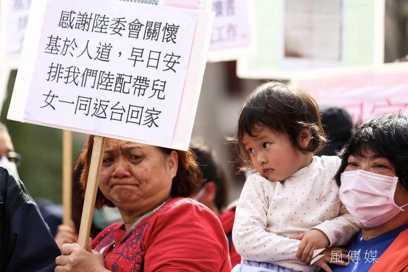 20200214-滯留湖北台人家屬赴陸委會陳情。(簡必丞攝)