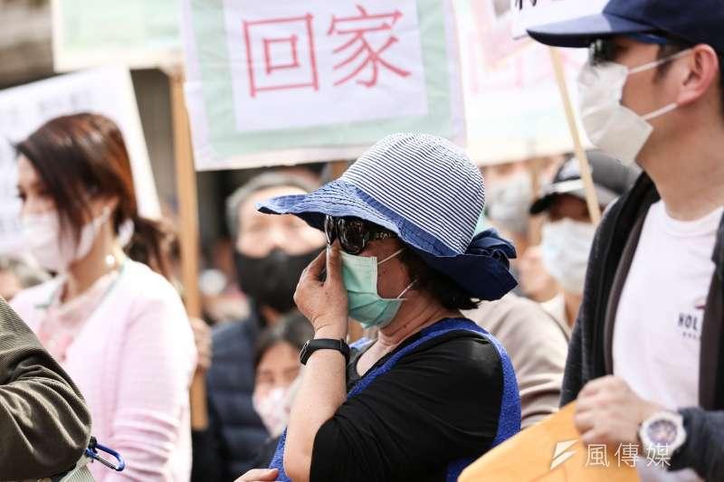 20200214-滯留湖北台人家屬蔡女士14日赴陸委會陳情,並表示家人至湖北探親回不了家。(簡必丞攝)