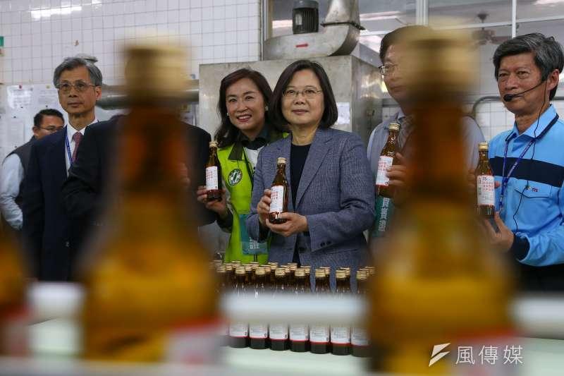 針對陸配子女來台政策被撤回,總統蔡英文今(14)日下午視察台灣菸酒公司隆田酒廠時強調「沒有歧視的問題」。(顏麟宇攝)
