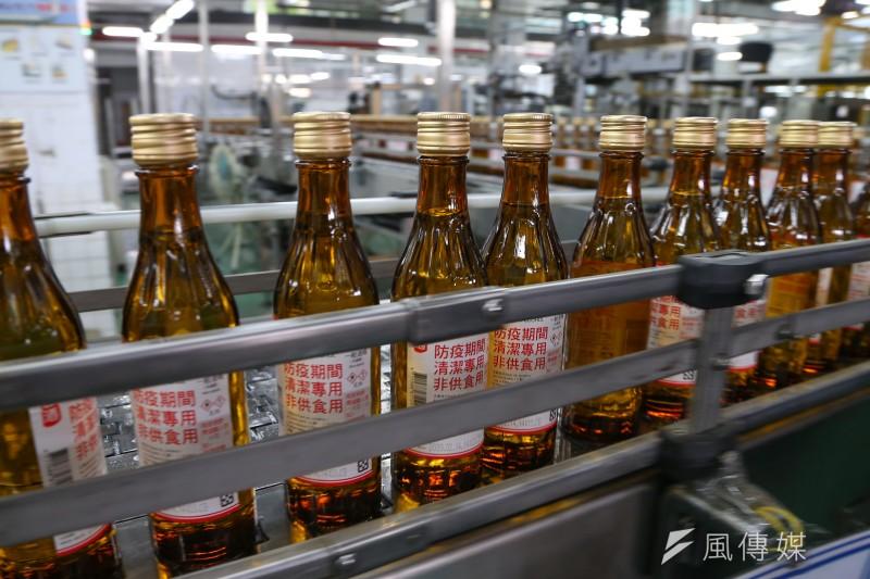 藥師公會全聯會17日宣布,本周起全台6000多家健保藥局將販售防疫酒精,每瓶300ml、售價40元,盼人人都有酒精可用。(資料照,顏麟宇攝)