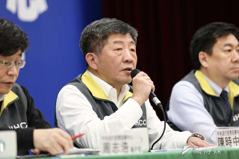 中央流行疫情指揮中心指揮官陳時中(中)表示,國內首個武漢肺炎死亡個案可以算是社區感染。(資料照,簡必丞攝)