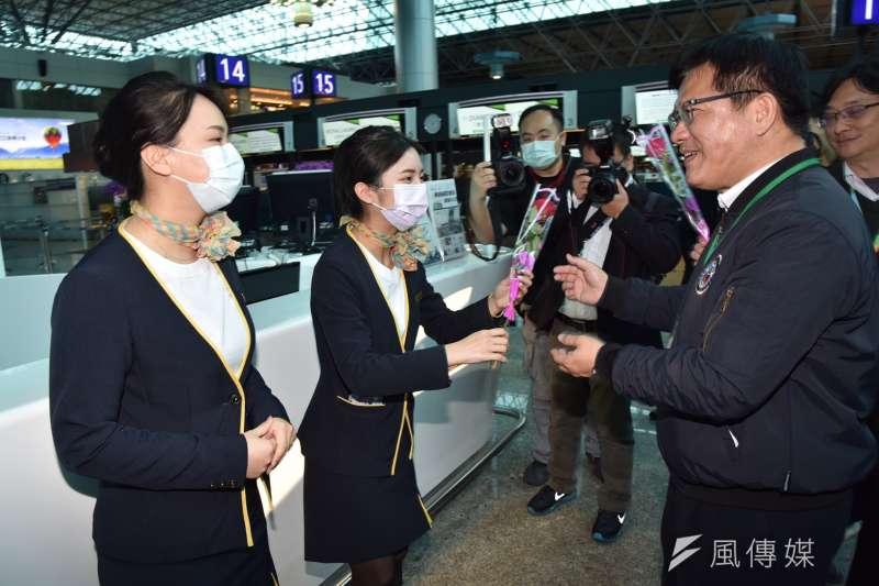 交通部長林佳龍14日視察桃園機場,適逢西洋情人節,致贈花束給第一線工作同仁。(桃機公司提供)