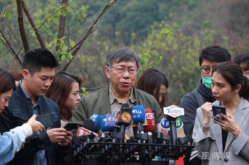 台北市長柯文哲今早參加陽明山花季開幕記者會,會前受訪。(方炳超攝)