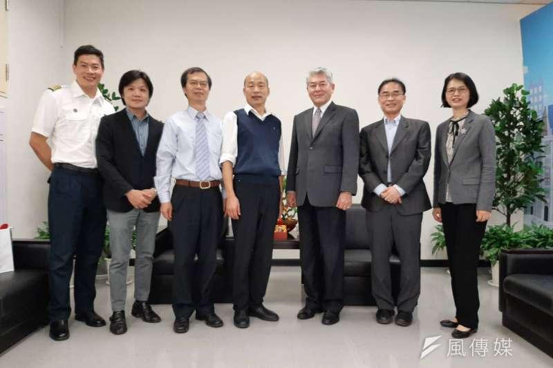 高雄市長韓國瑜(左4) 歡迎空勤總隊一行人到訪。(圖/徐炳文攝)